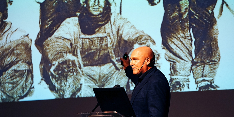 Plenary afternoon - Andre Kuipers - 01.jpg